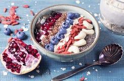 Grekisk yoghurt med superfoods arkivbilder