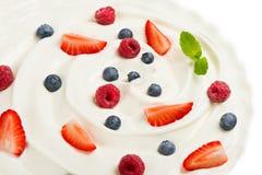 Grekisk yoghurt och nya bär Arkivfoto
