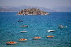 Grekiska öar med skepp och waterbikes Fotografering för Bildbyråer