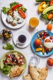 Grekiska aptitretare - struvor av zucchinin, grekisk sallad, yoghurt Fotografering för Bildbyråer