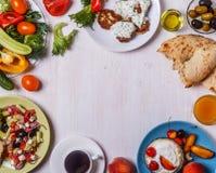 Grekiska aptitretare - struvor av zucchinin, grekisk sallad, yoghurt Arkivbilder