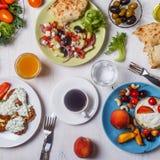 Grekiska aptitretare - struvor av zucchinin, grekisk sallad, yoghurt Royaltyfria Foton