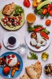 Grekiska aptitretare - struvor av zucchinin, grekisk sallad, yoghurt Royaltyfri Foto