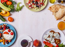 Grekiska aptitretare - struvor av zucchinin, grekisk sallad, yoghurt Royaltyfri Fotografi