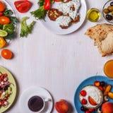 Grekiska aptitretare - struvor av zucchinin, grekisk sallad, yoghurt Royaltyfri Bild