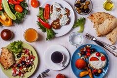Grekiska aptitretare - struvor av zucchinin, grekisk sallad, yoghurt Arkivbild