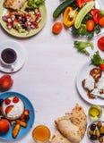 Grekiska aptitretare - struvor av zucchinin, grekisk sallad, yoghurt Royaltyfria Bilder