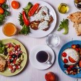 Grekiska aptitretare - struvor av zucchinin, grekisk sallad, yoghurt Arkivfoto