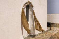 Grekiska bröllopgarneringar på kyrklig dörr Fotografering för Bildbyråer