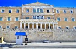 Grekiska evzones - grekiska tsolias - bevaka den presidents- herrgårdAten Grekland Royaltyfri Bild