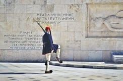 Grekiska evzones - grekiska tsolias - bevaka den presidents- herrgårdAten Grekland Arkivbilder