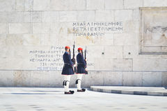 Grekiska evzones - grekiska tsolias - som framme bevakar den presidents- herrgården av gravvalvet av den okända soldaten Royaltyfria Foton