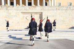 Grekiska evzones - grekiska tsolias - som framme bevakar den presidents- herrgården av gravvalvet av den okända soldaten Royaltyfria Bilder
