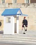 Grekiska evzones - grekiska tsolias - som framme bevakar den presidents- herrgården av gravvalvet av den okända soldaten Fotografering för Bildbyråer