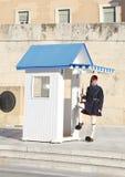 Grekiska evzones - grekiska tsolias - som framme bevakar den presidents- herrgården av gravvalvet av den okända soldaten Royaltyfri Fotografi