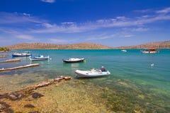 Fartyg på segla utmed kusten av Crete Arkivbild