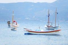 Grekiska fiskebåtar Arkivbild