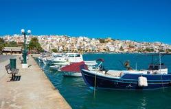 Grekiska fiskebåtar i Sitia. Arkivfoto