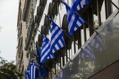 Grekiska flaggor på en byggnad arkivfoton
