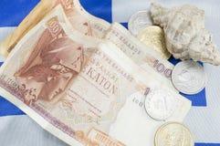Grekiska gamla valutadrakmasedlar och ett skal på greken fl Royaltyfri Foto