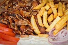 Grekiska gyroskop, souvlakien, kött, stekte potatisar, tomater och lökar, Aten Grekland, nationell mat, traditionell grekisk kokk Royaltyfri Fotografi