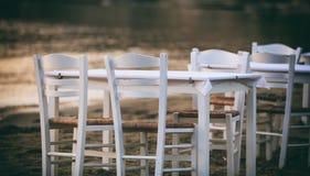 Grekiska krogtabeller vid havet Arkivfoto