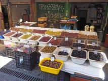 Grekiska oliv som visas i Atengatamarknad Royaltyfri Bild