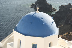 Grekiska ortodoxa kyrkor i Oia Santorini Arkivfoto