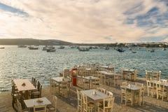 Grekiska restauranger och krogar är klara att välkomna turister på den Alyki byn i den Paros ön Royaltyfri Bild