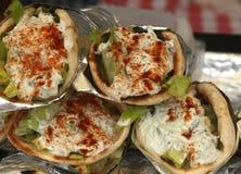 Grekiska sjalar som göras tzatzikisås, feta, paprika, sallad och höna Royaltyfria Bilder