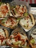 Grekiska sjalar som göras tzatzikisås, feta, paprika, sallad och höna Arkivfoto
