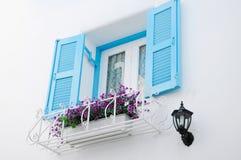 Grekiska stilfönster med blåa retro träslutare Fotografering för Bildbyråer