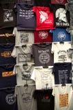 Grekiska t-skjortor souvenir som är till salu på en vägg Royaltyfri Bild
