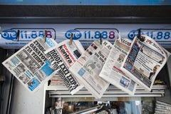 Grekiska tidningar med den senaste nyheterna (för finans) i Aten för en kiosk, huvudstaden av Grekland Royaltyfri Foto