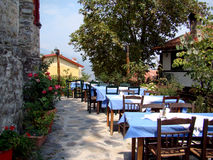 Grekiska utomhus- krogtabeller Royaltyfri Foto
