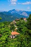 Grekiskt berglandskap; Frodig grönska och blåa berg Arkivbilder