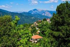 Grekiskt berglandskap; Frodig grönska och blåa berg Royaltyfria Foton