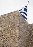 Grekiskt flaggaflyg på akropolen i staden av Aten, Grekland arkivfoto