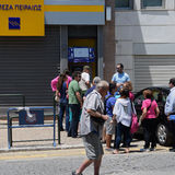 Grekiskt folk stängd bank Royaltyfria Bilder