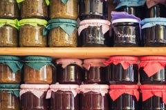 Grekiskt hemlagat driftstopp och på burk mat på hyllorna av lokalen shoppar arkivbild