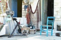 Grekiskt hus med fiskekugghjulet och stol Arkivbilder