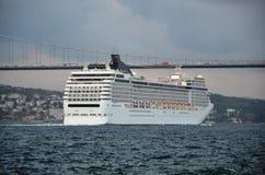 Grekiskt jätte- kryssningskepp som korsar den Istanbul kanalen Arkivfoton