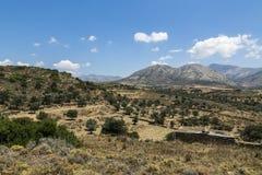 Grekiskt landskap med ängen, berget och blå himmel Royaltyfri Fotografi