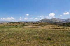 Grekiskt landskap med ängen, berget och blå himmel Arkivbilder