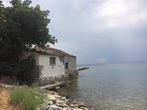 Grekiskt litet hus vid se Royaltyfri Foto