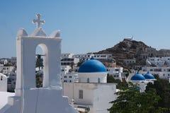 Grekland ön av Ios, kyrkor och blåa kupoler i den gamla byn royaltyfria bilder