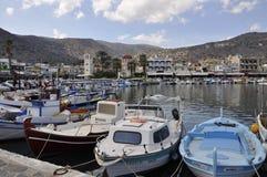 Grekland Crete, gata, smalt och att rikta, pittoresk pir i staden av Elunda (Elounda) a.gretion, Crete Royaltyfri Fotografi