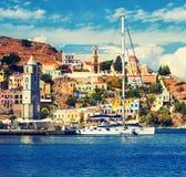 Grekland Dodecanesse Ö Symi Simi färgrika hus retro stil royaltyfri bild