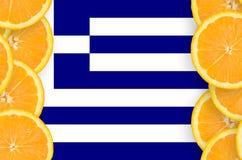 Grekland flagga i vertikal ram för citrusfruktskivor arkivfoto
