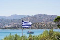 Grekland flagga nära havet på Kreta Royaltyfri Fotografi